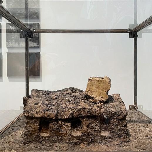 Александр Циркашвили — Из серии 'Катакомбы и дома', 2010 (объект, земля, ПВА, стекло, металл)