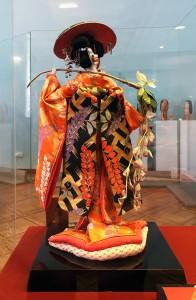 Фудзи-мусумэ (девушка-глициния), вид сзади